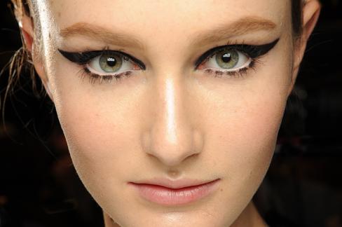 fall-beauty-cat-eye-makeup-ft1